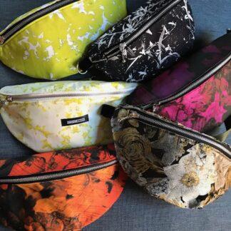 bildet viser vesker i ulike farger og mønstre - Bum Bags